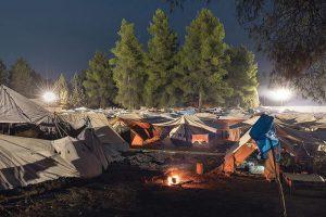 Maiden Tent, un'immagine notturna del campo profughi di Ritsona in Grecia (foto di Delfino Sisto Lignani)